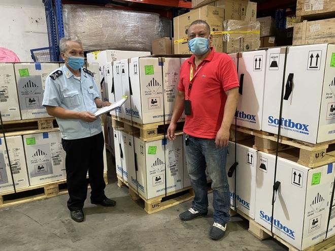 Cận cảnh gần một triệu liều vắc xin Pfizer vừa nhập về Hà Nội và TPHCM - 1