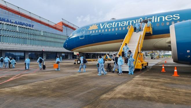 Hơn 300 người có hộ chiếu vắc xin từ Pháp về Việt Nam - 1
