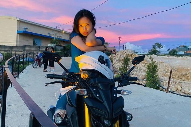 Cô gái 24 tuổi lái mô tô đi phượt khắp nơi, thích ở khách sạn ngàn sao - 1