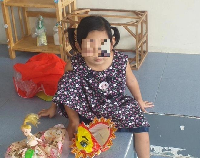 Bé gái 4 tuổi một mình nhận tro cốt mẹ: Con thương ba, con để trên trán! - 3