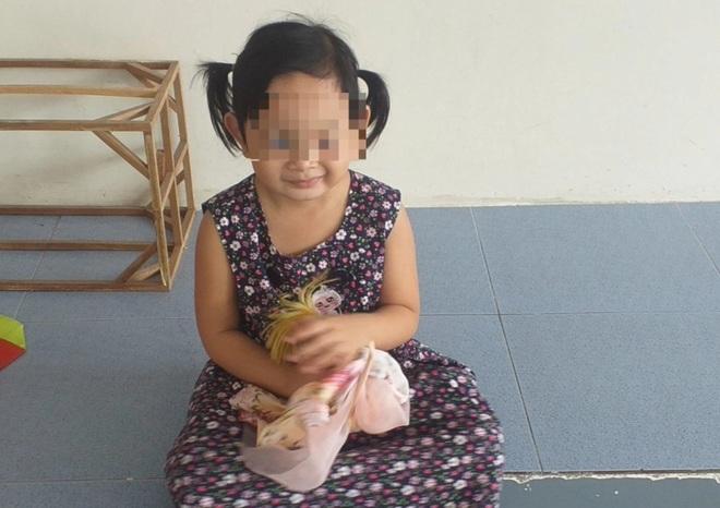 Bé gái 4 tuổi một mình nhận tro cốt mẹ: Con thương ba, con để trên trán! - 1