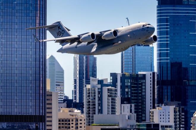Thót tim cảnh máy bay ngựa thồ của Australia lách qua hàng loạt cao ốc - 1