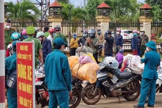 120 người Mông mắc kẹt trên đường chạy xe máy từ Bình Phước về Nghệ An - 1