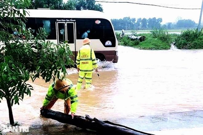 Hàng loạt thủy điện xả tràn, người dân vùng hạ du kéo nhau chạy lũ - 11