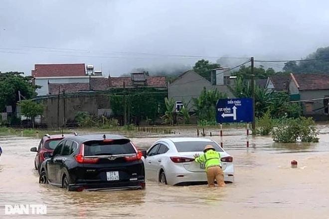 Hàng loạt thủy điện xả tràn, người dân vùng hạ du kéo nhau chạy lũ - 12