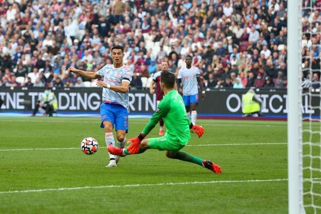 Man Utd 0-1 Aston Villa: Ronaldo mất tích, Fernandes sút hỏng penalty - 3