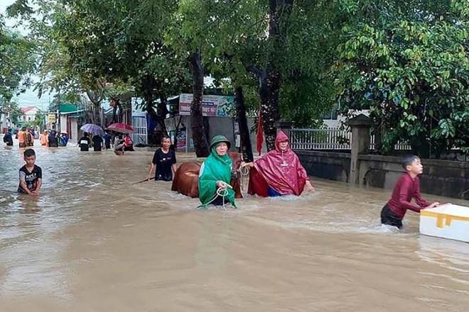 Hàng loạt thủy điện xả tràn, người dân vùng hạ du kéo nhau chạy lũ - 1