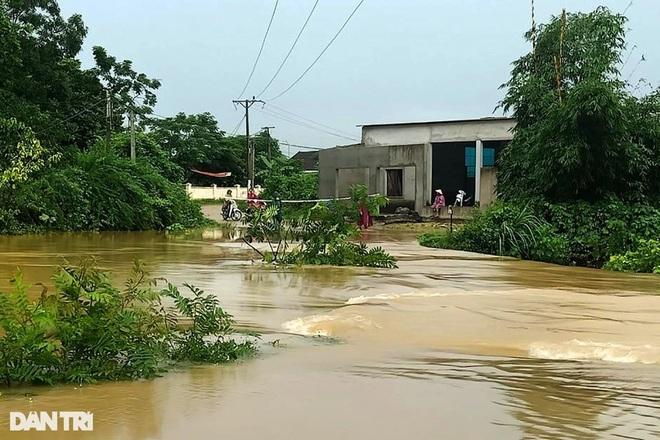 Hàng loạt thủy điện xả tràn, người dân vùng hạ du kéo nhau chạy lũ - 3