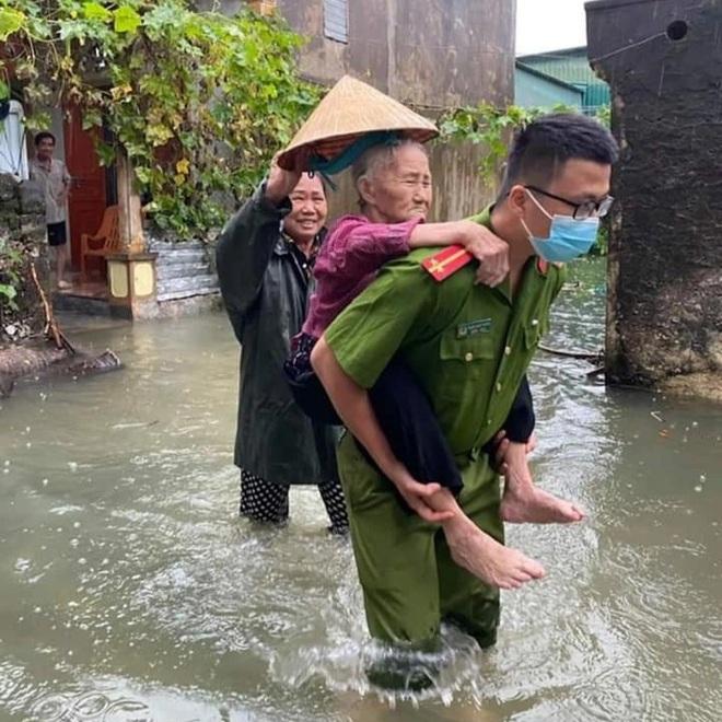 Hàng loạt thủy điện xả tràn, người dân vùng hạ du kéo nhau chạy lũ - 5