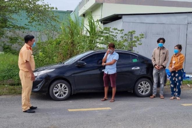 Phát hiện nhiều tài xế dùng xe gắn còi cứu thương để thông chốt - 1