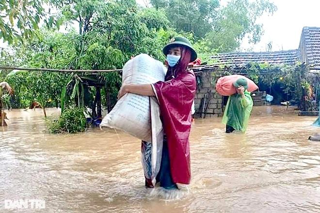 Hàng loạt thủy điện xả tràn, người dân vùng hạ du kéo nhau chạy lũ - 7