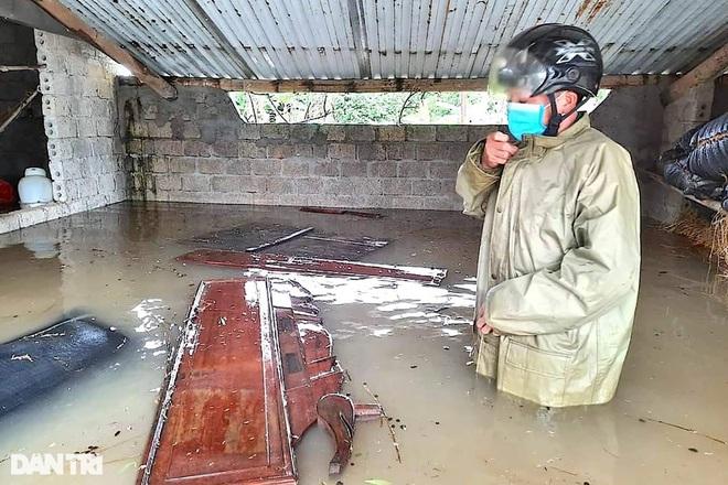 Hàng loạt thủy điện xả tràn, người dân vùng hạ du kéo nhau chạy lũ - 9