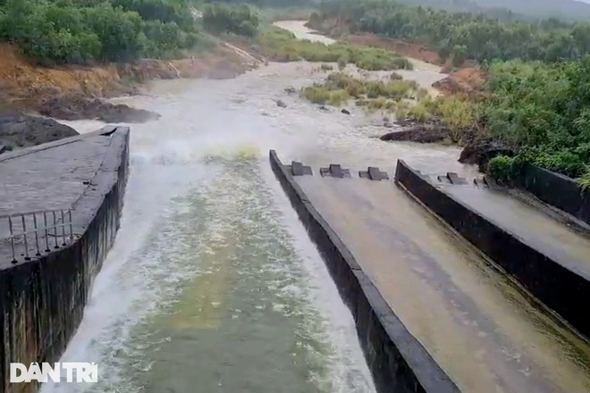 Hàng loạt thủy điện xả tràn, người dân vùng hạ du kéo nhau chạy lũ - 2