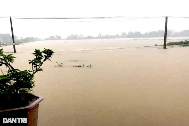 Hàng loạt thủy điện xả tràn, người dân vùng hạ du kéo nhau chạy lũ - 13