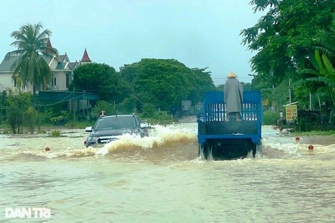 Hàng loạt thủy điện xả tràn, người dân vùng hạ du kéo nhau chạy lũ - 4