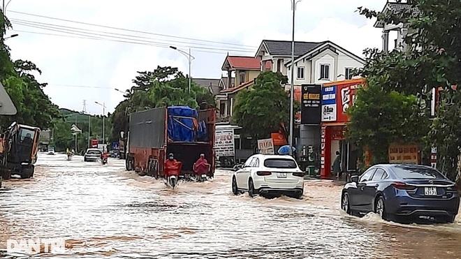 Hàng loạt thủy điện xả tràn, người dân vùng hạ du kéo nhau chạy lũ - 10