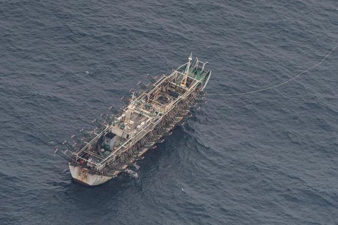 Đội tàu cá khổng lồ của Trung Quốc ồ ạt đánh bắt ngoài khơi Peru - 1