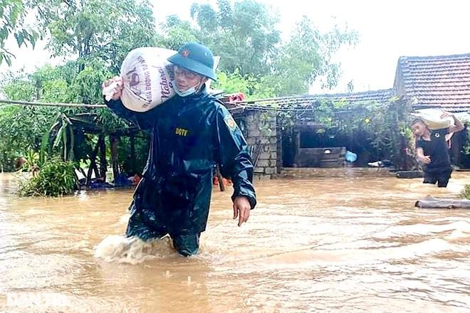 Hàng loạt thủy điện xả tràn, người dân vùng hạ du kéo nhau chạy lũ - 6