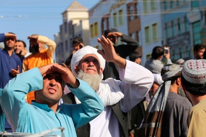 Taliban dùng cần cẩu treo thi thể tội phạm giữa quảng trường thành phố - 1