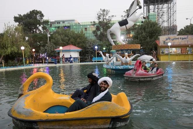 Taliban yêu cầu binh sĩ ngừng say sưa vui chơi, chụp ảnh tự sướng - 1