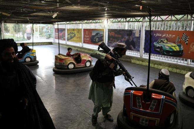 Taliban yêu cầu binh sĩ ngừng say sưa vui chơi, chụp ảnh tự sướng - 2