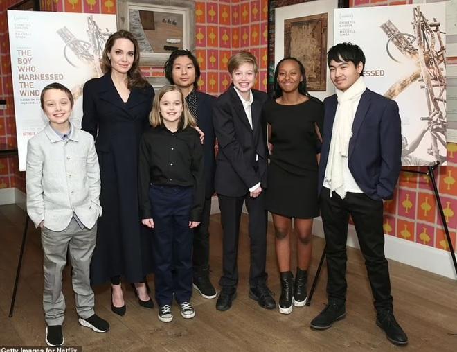 Angelina Jolie công khai hẹn hò ăn tối với nam ca sĩ kém 15 tuổi? - 7