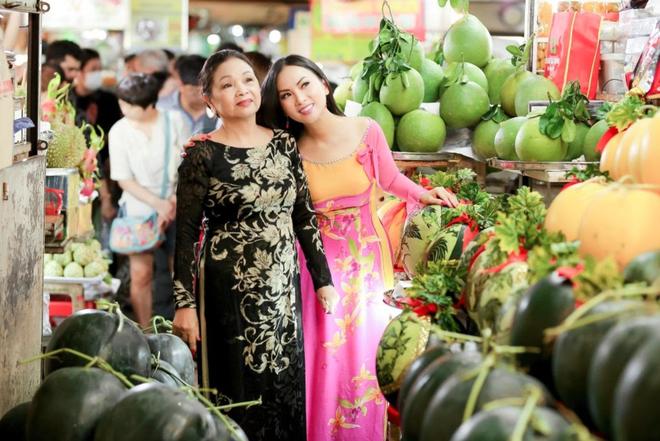 Ca sĩ tỷ phú Hà Phương tiếp tục tặng nhu yếu phẩm cho người dân - 2