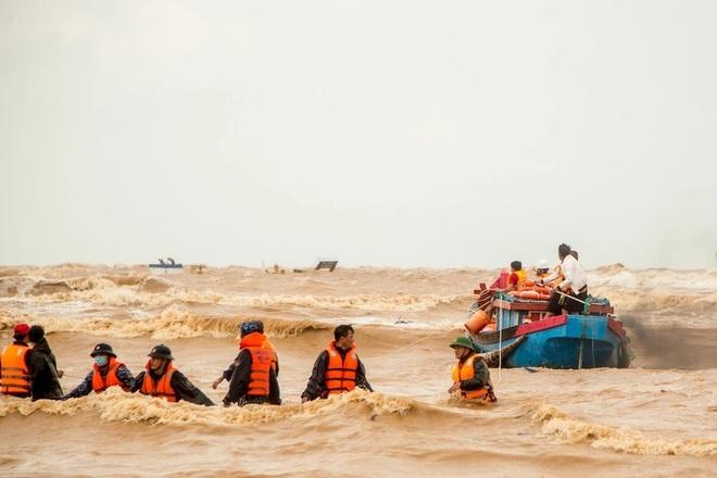 Nhà báo Việt Thanh: Nghẹt thở khoảnh khắc các tác giả dấn thân chụp ảnh... - 6