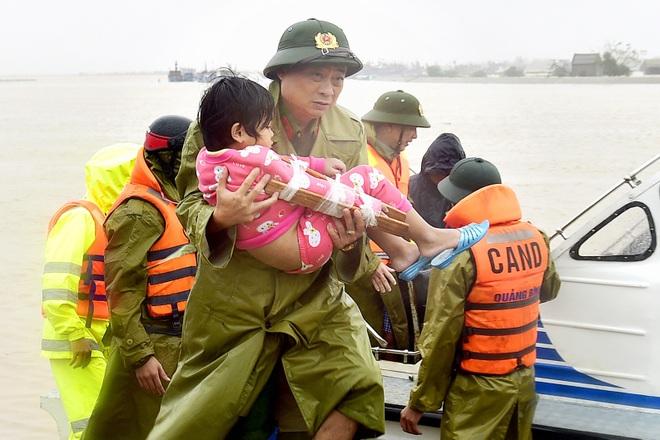 Nhà báo Việt Thanh: Nghẹt thở khoảnh khắc các tác giả dấn thân chụp ảnh... - 7