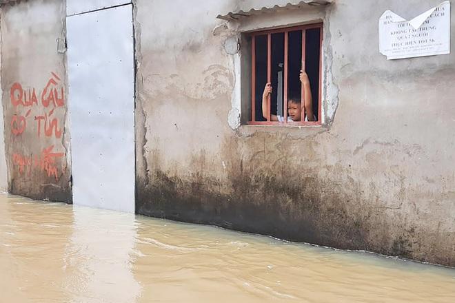 Cận cảnh 160 hộ dân đang bị cô lập giữa mênh mông biển nước - 14