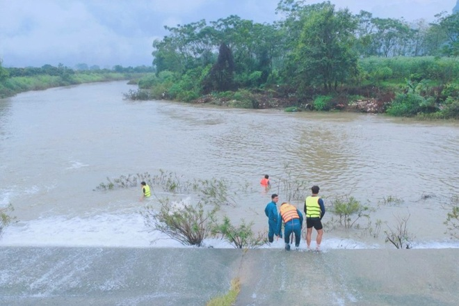 Thiếu nữ 14 tuổi ngã xuống suối, đuối nước, thi thể trôi xa 2 km - 1