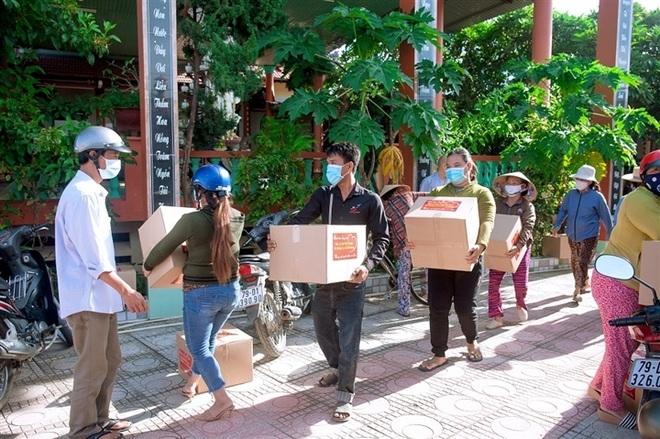 Ca sĩ tỷ phú Hà Phương tiếp tục tặng nhu yếu phẩm cho người dân - 1