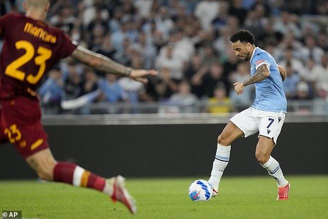 HLV Mourinho nhận thất bại cay đắng ở trận derby Roma - 3