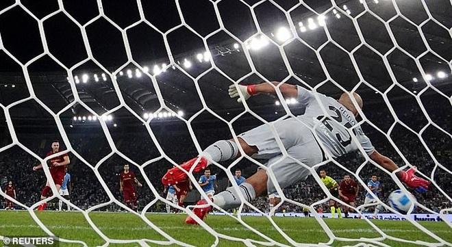 HLV Mourinho nhận thất bại cay đắng ở trận derby Roma - 4