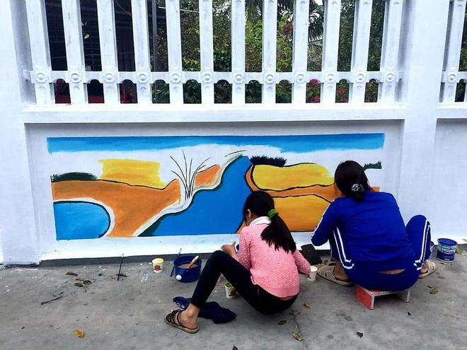 Mẹ đảm ở Vĩnh Phúc biến tường rào cũ kỹ thành loạt tranh vẽ sinh động - 4