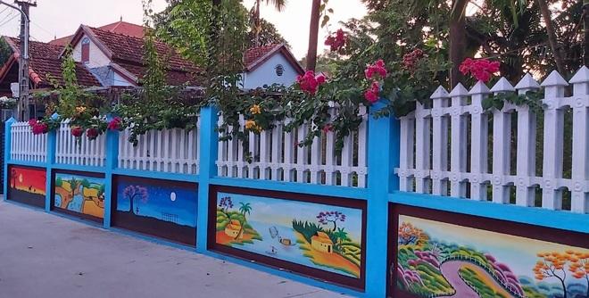 Mẹ đảm ở Vĩnh Phúc biến tường rào cũ kỹ thành loạt tranh vẽ sinh động - 3