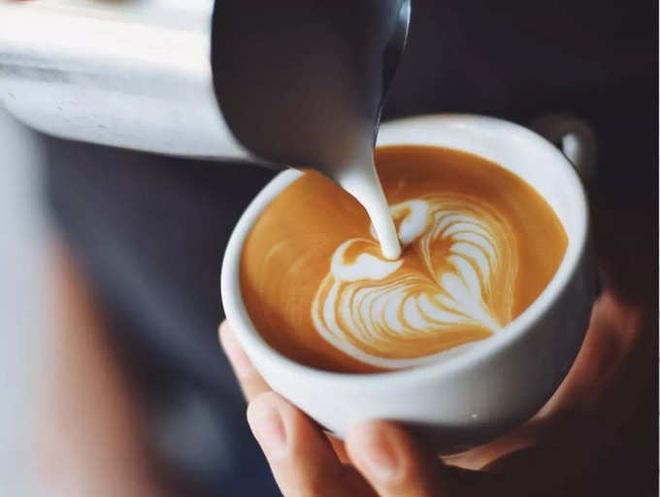 Những người thường xuyên uống cà phê nên bỏ 3 thói quen gây hại này - 1