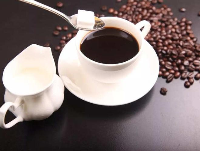 Những người thường xuyên uống cà phê nên bỏ 3 thói quen gây hại này - 3