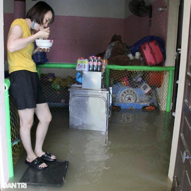 Cận cảnh 160 hộ dân đang bị cô lập giữa mênh mông biển nước - 6
