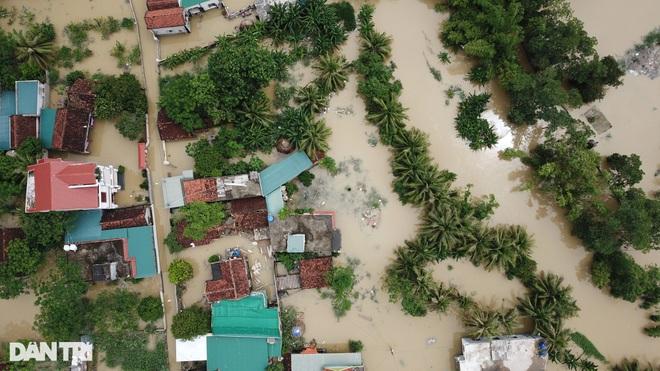 Cận cảnh 160 hộ dân đang bị cô lập giữa mênh mông biển nước - 3