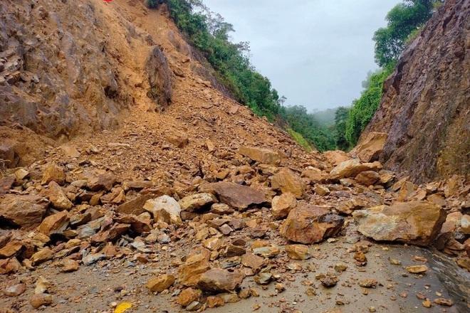 Miền Trung mưa lũ giảm dần, vùng núi đề phòng sạt lở đất - 1