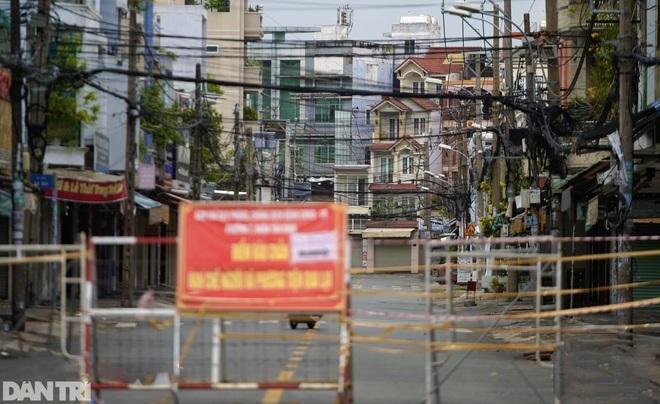 Hẻm nhỏ ở TPHCM dỡ chốt phong tỏa, đường lớn vẫn rào chắn kín mít - 4