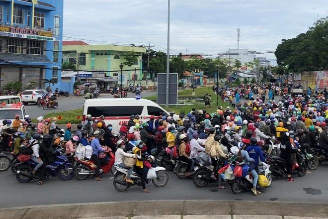 Xót cảnh sa cơ chóng vánh của những người nghèo vội vã về quê tránh dịch  - 4