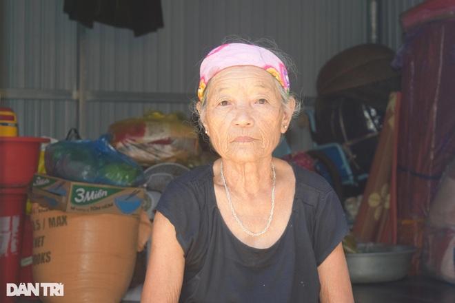 Xóm Nhà phao Báo Dân trí: Người dân chất gạo chuẩn bị đối phó mưa lũ - 3