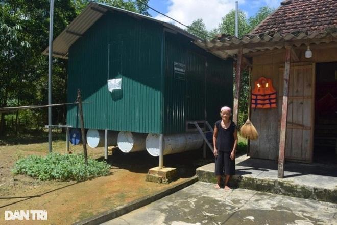 Xóm Nhà phao Báo Dân trí: Người dân chất gạo chuẩn bị đối phó mưa lũ - 1