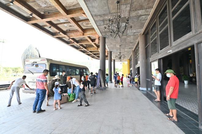 Khách du lịch tới Quảng Ninh bắt đầu đông trở lại  - 3