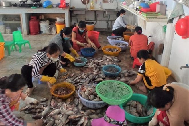 Tất bật làm gần tấn cá hỗ trợ bữa ăn cho dân về từ vùng dịch  - 2