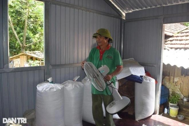 Xóm Nhà phao Báo Dân trí: Người dân chất gạo chuẩn bị đối phó mưa lũ - 4