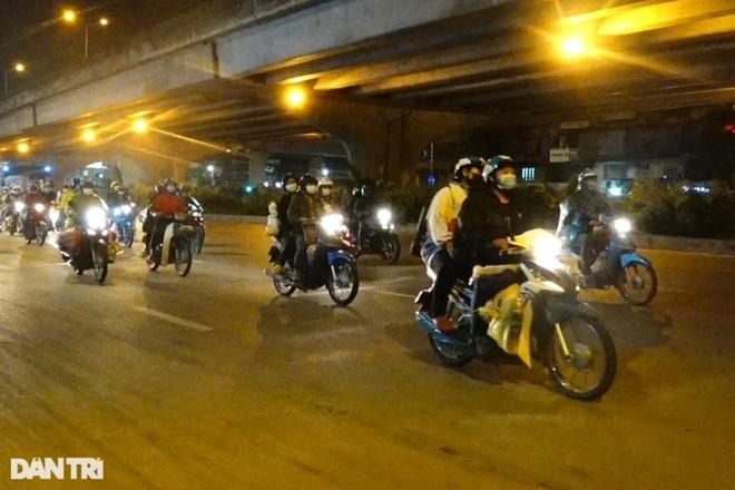 Hàng trăm người vượt 2.000 km từ ổ dịch Bình Dương đi qua Thủ đô để về quê - 2