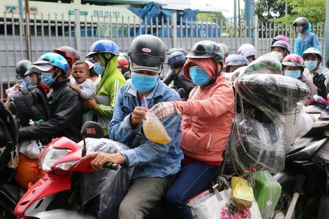 Xót cảnh sa cơ chóng vánh của những người nghèo vội vã về quê tránh dịch  - 1